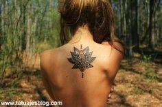 ideas para tatuajes con flor de loto para mujeres