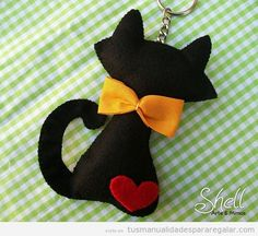 Me encanto esta ideagorgeous black cat keyring made from felt!Felt Cat - for Gemma, in White with a black love heart and red gingam bow and tagblack cat - this is a dead link but the picture is too cute would make cute holiday tree ornament, especial