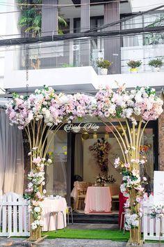 home decor decoration Wedding Gate, Order Of Wedding Ceremony, Indoor Wedding Ceremonies, Wedding Entrance, Entrance Decor, Wedding Stage Backdrop, Wedding Stage Design, Low Budget Wedding, Wedding Decorations On A Budget