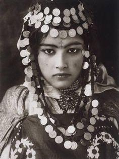 My Bohemian History Vintage gypsy beauty Vintage Gypsy, Vintage Beauty, Retro Vintage, Vintage Woman, Vintage Style, Des Femmes D Gitanes, Moroccan Wedding Blanket, Gypsy Women, Gypsy Girls