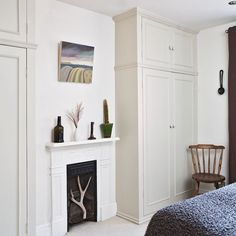 Latest Screen Fireplace Hearth pad Tips A neutral guest room with classic wardrobes Built In Wardrobe Ideas Alcove, Bedroom Built In Wardrobe, Small Master Bedroom, Bedroom Wardrobe, Home Bedroom, White Wardrobe, Small Bedrooms, Bedroom Furniture, Bedroom Ideas