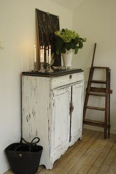 LILLA VILLA VITA - white cabinet distress with a dark top