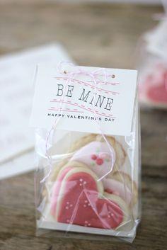 Free printable tags: Be Mine Valentine's Day Sugar Cookie Bags Valentines Day Cookies, Valentine Treats, Valentine Day Love, Valentines Diy, Holiday Treats, Stacy Valentine, Easter Cookies, Holiday Gifts, Cadeau St Valentin