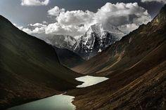 Le pic du Jitchou Draké se reflète à la surface du Lac Tsophou. Bhoutan, 2007.