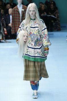 32e4e7fca2bd8 Guarda la sfilata di moda Gucci a Milano e scopri la collezione di abiti e  accessori