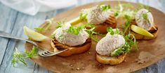 Opskrift på verdens bedste tunmousse Appetizer Recipes, Snack Recipes, Healthy Recipes, Good Food, Yummy Food, Party Finger Foods, Recipes From Heaven, Appetisers, Fish And Seafood