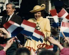 Koningin Beatrix en Prins Claus tijdens 29 april Koninginnedag 1989 in Goedereede. Op de voorgrond wordt er met vlaggetjes/vlaggen gezwaaid.