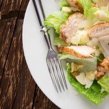La célèbre recette de la salade César ! Un plat incontournable, sain et délicieux ! A découvrir sur Recettes.net #salade #recette #plat #sain #cuisine #healthy