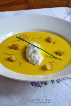 Crema di patate allo zafferano, mousse di ricotta e crostini all'erba cipollina Soup Recipes, Vegetarian Recipes, Cooking Recipes, Savoury Dishes, Food Dishes, Molecular Gastronomy, Daily Meals, Aesthetic Food, Food Design