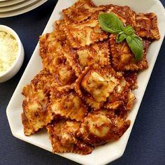 Ravioles con salsa de tomate y albahaca | Recetas de Cocina faciles.