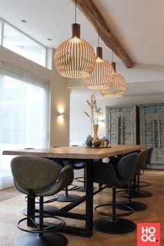 Moderne interieurs met houten eettafel en design verlichting | keuken design | kitchen ideas | kitchen design | Hoog.design