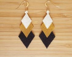 Black Gold Jewelry Black gold Gaia loops and weaving of glass Miyuki beads - Completely sewn hand Miyuki glass beads earrings. 24 carat black matte and golden color with gold beads. Gilded with gold 14 Carat fine ties. Seed Bead Jewelry, Bead Jewellery, Seed Bead Earrings, Diy Earrings, Earrings Handmade, Black Earrings, Beaded Earrings Patterns, Beading Patterns, Black Gold Jewelry