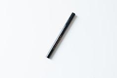 """Le Brow Pen Le Brow Pen est une nouveauté pour les sourcils chez Anasatasia Beverly Hills. Les marques nous proposent de plus en plus des """"stylos à encre"""" pour les sourcils. Du reste, je vous ai déjà présenté celui d'Etude House. Alors le Brow Pen se présente vraiment sous forme d'un feutre bien pointu. On pourrait quasi croire à un eyeliner. J'ai reçu la teinte Medium Brown dont les sous-tons sont légèrement chauds. Personnellement, je préfère les sous-tons froids, Brow Pen, Etude House, Anastasia Beverly Hills, Cool Tones, Purple Makeup, Drooping Eyelids, Pens, Eyebrows, Felt"""