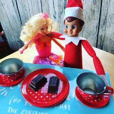 Das gab doch letztes Jahr schon Ärger mit Ken. Ivo lernt einfach nicht dazu  #IVOTHEELF #barbie #rockstarbarbie #teatime #teteatete #elfontheshelf2017 #elfontheshelf #jolinasweltelfontheshelf #lebenmitkindern #familylife #elternblogger #advent Elf On The Shelf, Shelf Ideas, Advent, Barbie, Holiday Decor, Pranks, Simple, Barbie Dolls