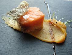 Salmón ligeramente confitado en vainilla, fish-corteza y terciopelo de manzana