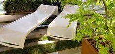 chaises longues blanches de design original DUNE par Metalco