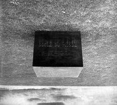 """EL PEDESTAL DEL MUNDO, http://www.santiagodemolina.com/2017/05/el-pedestal-del-mundo.html  """"Si se le da la vuelta a un pedestal, el mundo se convierte en una escultura. Esta fue la ocurrencia del siempre trasgresor Piero Manzoni en los años sesenta."""" ...Sigue en...http://www.santiagodemolina.com/2017/05/el-pedestal-del-mundo.html"""
