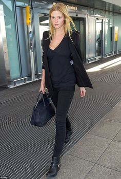 This Is How Supermodels Do Airport Style - Photo: Rex/REX USA. We haven't seen all that much of Lara Stone lately -- . Lara Stone, Chic Chic, Celebrity Fashion Looks, Celebrity Style, Fall Outfits, Fashion Outfits, Womens Fashion, Fashion Trends, Wearing All Black