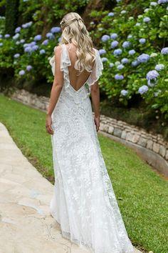 Vestido de noiva com ar vintage - todo de renda com decote V nas costas arrematado por babados de renda ( Vestido: Wanda Borges | Foto: Namester )