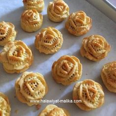 Pineapple tart is a popular Chinese New Year cookies in Southeast Asia. This appetizing cookie has a sweet and slightly tangy pineapple . Asian Desserts, Mini Desserts, Just Desserts, Chinese New Year Cookies, New Years Cookies, Pineapple Cookies, Pineapple Tart, Eid Sweets, Cookie Recipes