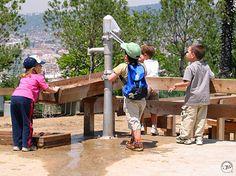 Playground Pump   Vattenpump för ökat lekvärde på lekplatser utan naturlig tillgång till vatten. Finns i tre olika modeller, både för inkoppling mot tryckvattenledning och för befintlig vattenkälla.  Oavsett vilken modell av pumpen man väljer att använda så sker själva pumpningen manuellt enligt samma princip som äldre hävstångspumpar. Det ger samma genuina känsla, trots att kopplingen är direkt mot tryckvattenledning med färskvatten.  Pumparna är konstruerade för lång tjänstgöring. Service…