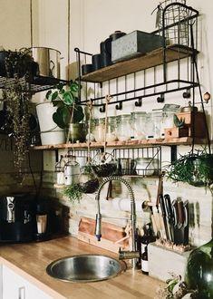 Coole Küche im Industrie-Stil von fabrikmadame. Die Kombination aus offenen Regalen, schwarzem Metall und Holz sorgt für den besonderen Industrie-Charme #industrialstyle #küche #COUCHstyle
