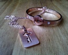 Duo inseparable de pulsera y colgante en acero color rosa en www.isabella.es