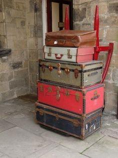 Oude koffers gestapeld op een kar