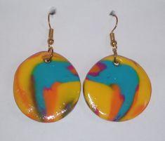 Fröhlichkeit und gute Laune verkörpern diese Ohrringe durch ihre Farbkomposition.  Die handgeformten Ohrringe haben einen Durchmesser von 3 cm und eine gesamte Hängelänge von 5 cm.  Der Ohrstecker ist aus Kupfer.  Ein schöner Schmuck - ein Freude bringendes Geschenk… Peace And Love, Arts And Crafts, Handmade Jewelry, Drop Earrings, Ootd, Gifts, Sun, Yellow, Random