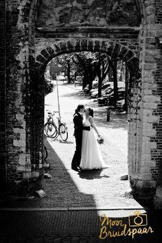 Foto gemaakt in Delft na de ceremonie in het Stadhuis. Trouwfoto in het centrum.