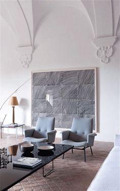 Salon contemporain, gris bleuté sur les fauteuils et noir laqué pour la table basse