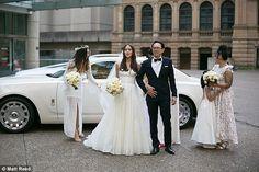Xuýt xoa với đám cưới xa hoa hơn 25 tỷ đồng rước dâu bằng 4 chiếc Roll-Royces   Mới đây cặp đôi Natasha Lau (24 tuổi) và Andreas Wong (27 tuổi) đã chi mạnh tay để có một lễ cưới khó quên. Được biết khoản tiền chi trả cho ngày trọng đại lên tới 150.000 đô la Úc tương đương với hơn 25 tỷ VNĐ.  Cặp đôi hạnh phúc khi về chung một nhà.  Lau diện chiếc váy cưới lộng lẫy khi làm lễ  và thay bộ cánh nhẹ nhàng hơn của Claire Pettibone tham gia tiệc tối.  Chú rể Andreas cũng lên ý tưởng dùng 4 chiếc…