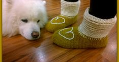 Neuloosi vaivaa neljässä sukupolvessa. Isomummi 96v, mummi 68v, minä 45v ja minun lapset 20, 18, 14 ja 10v. Puikot viuhuu! :) Crochet Shoes, Corgi, Slippers, Socks, Diy Crafts, Animals, Corgis, Animales, Animaux