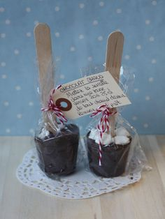 Aujourd'hui, je vous propose une p'tite recette toute simple qui plaira aux … Today I offer you a simple recipe that appeals to young and old gourmets! Gourmet Gifts, Food Gifts, Little Presents, Chocolate Lollipops, Jar Gifts, Homemade Gifts, Hot Chocolate, Chocolate Gifts, Christmas Diy