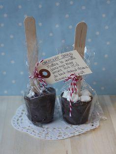 Sucettes de Chocolat pour chocolat chaud (environ 18) : 250 g de chocolat noir 150 g de chocolat au lait 40 g de sucre vanillé 1cc de vanille en poudre des mini-marshmallows