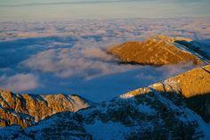 Sembra un mare in tempesta, vero? Invece, siamo al di sopra delle nuvole!  E' un'alba incantata immortalata dal nostro amico Angelo Monti, presso il rifugio Sebastiani, a circa 2.100 mt. di altitudine, nel Parco Sirente-Velino.Per la precisione, la foto ritrae il Murolungo e il Morrone della Duchessa dalla cima del Costone Orientale. Foto Angelo Monti