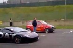 ORA ORA: Fiatάκι έριξε… σκόνη σε Lamborghini (video)
