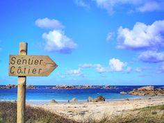 De kustlijn van Bretagne; witte zandstranden en een helderblauwe zee