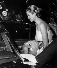 En 1960, le Festival de Cannes accueille la princesse Grace de Monaco venue en simple visite. Cinq ans plus tôt, elle recevait l'Oscar de la meilleure actrice pour sa prestation dans le film Une fille de la province.