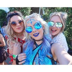 Coachella with these babes @lydia_connell @lucy_connell #ClairesChella #SophiesTravels #Coachella