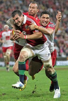 Lions captain Sam Warburton powers towards the line Rugby Sport, Rugby Club, Ulster Rugby, English Rugby, Hot Rugby Players, British And Irish Lions, Wales Rugby, International Rugby, Australian Football