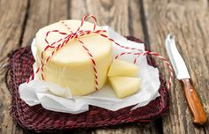 With just 3 ingredients and a few simple steps, you can make your own fresh cheese at home. There's nothing so delicious! Burritos, Kefir Yogurt, Homemade Cheese, Cheese Platters, How To Make Cheese, Ricotta, Antipasto, Creme, Panna Cotta