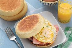Soft and delicious Portuguese muffins, perfect for breakfast sandwiches. Crumpet Recipe, Sourdough English Muffins, English Muffin Recipes, Sweet Dough, Cinnamon Chips, King Arthur Flour, Crumpets, Gluten Free Pumpkin, Mets