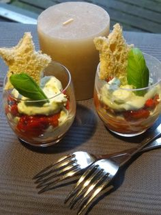 Glaasje met geroosterde paprika en geitenkaas-basilicumcrème ...