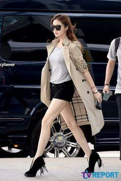 Kang sora's legs are to die for and her airport fashion is on point Casual Chic Style, Casual Street Style, Preppy Style, Trench Coat Outfit, Trench Coat Style, Asian Fashion, Girl Fashion, Womens Fashion, Korean Girl