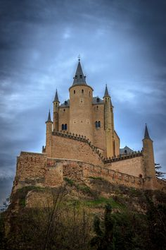 Alcázar de Segovia,Spain I want to go here. one of the castles the disney world castle is modeled after. Very cool medieval city in Spain! Vila Medieval, Chateau Medieval, Medieval Castle, Beautiful Castles, Beautiful Buildings, Beautiful Places, Places Around The World, Oh The Places You'll Go, Around The Worlds