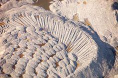 Les boues résiduellesLes boues résiduelles issues de la transformation du bitume sont stockées dans des bassins de décantation. L'eau y présente une salinité très élevée et contient de nombreuses substances toxiques (acides, métaux lourds, dilluants…) visibles en surface, sous forme d'inquiétantes taches de couleur.
