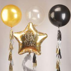 Одна из самых великолепных новогодних композиций из нашей коллекции: метровые шары на тассел-гирляндах, прозрачный шар с золотым конфетти и фольгированная звезда Happy New Year на серебряной фигурной гирлянде. Такой воздушный декор украсит любую новогоднюю вечеринку! Итоговая стоимость 5550 руб. Так же у нас можно заказать шарики на любой праздник, пишите what's up, номер в профиле. Шары под потолок от 40р. #чтоподарить #лето  #смайлик #хейдменд #интерьер #праздниккнамприходит #оформление