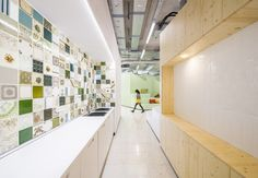 Studio Banana has designed the new offices of McCann Worldgroup located in Madrid, Spain. McCann Worldgroup is a leading global advertising agency. Corporate Office Design, Corporate Interiors, Office Interiors, Interior Work, Kitchen Interior, Tiny House Loft, Co Design, Space Architecture, Advertising Agency