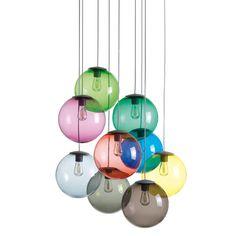 Die Spheremaker Pendelleuchte von Fatboy bringt eine lebhafte und fröhliche Atmosphäre in jedem Raum. Das Set 3 besteht aus neun farbenfrohen Kugeln in neun verschiedenen Farbtönen: Hellgrün, hellblau, gelb, dunkelgrau, magenta, grün, dunkelbraun, smaragd rot und blau. Durch ihr rundes Design weckt die Pendelleuchte Assoziationen an die Planeten im Sonnensystem.